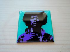 Popartová brož - luxusní placka Jimi Hendrix Brož o rozměrech 4x4cm je zalitá křišťálovou pryskyřicí na hliníkovém lůžku - vše vlastní, ruční výroba. Vlastní grafický design