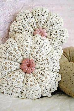 beautiful shabby chic pillows made with crochet doilies Crochet Home Decor, Crochet Crafts, Crochet Doilies, Yarn Crafts, Crochet Projects, Crochet Cushions, Crochet Pillow, Love Crochet, Knit Crochet