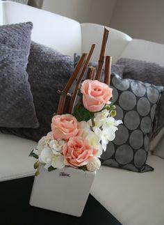 Keramická kostka s růžemi a orchidejemi II. Vase Arrangements, Real Flowers, Ikebana, Plant Decor, Flower Vases, Flower Decorations, Handmade, Decorative Objects, Christmas Ornaments