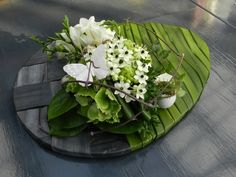 Rustic wood egg plaque with green painted top end plus a lovely bouquet of white spring flowers! Deco Floral, Arte Floral, Easter Flowers, Spring Flowers, Ikebana, Modern Flower Arrangements, Spring Design, Funeral Flowers, Flower Centerpieces