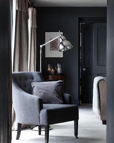 Amelia stolen er en nyhet og du kan velge mellom 28 stoffer på denne!  Av belysning fra Neptune er denne gulvlampen en favoritt! ✨✨ Da ønsker jeg dere en riktig god natt!  Har vært kjempegøy og finne frem til mine favoritter i dag  Håper du fikk litt inspirasjon, og husk vi har konkurranse i morgen!! ✌️hilsen Vibeke hos @livingdelux1  #stol #lenestol #chair #gulvlampe #stue #livingdelux_anbefaler