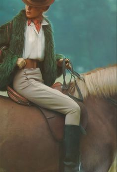 Equestrian Style - Vogue 1973 bottes cavalière pantalon beige chemise blanche veste verte fourrure agneau de Mongolie chapeau foulard