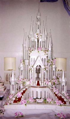Cinderella Castle Wedding Cake - Now that's a castle cake. Large Wedding Cakes, Extravagant Wedding Cakes, Elegant Wedding Cakes, Beautiful Wedding Cakes, Beautiful Cakes, Amazing Cakes, Elegant Cakes, Glamorous Wedding, Pretty Cakes