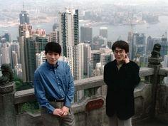 全日本プロ将棋トーナメント対局前日、香港でくつろぐ羽生善治四冠(右)と森内俊之八段=1998年4月1日