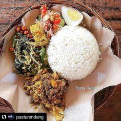 featuring @pastarendang from #mekulicious  Makan siang hari ini enaknya ditemani dengan Nasi Campur Ayam Betutu Warung Ebooh dilengkapi urap tempe telur dan sambal matah.  Warung Nasi Campur Ebooh  Jl. Braban Kerobokan #Seminyak Bali  08.00 - 18.00  Rp 12.000 - Rp 15.000  #makansiang #lunch #nasicampur #bali #ayambetutu #streetfood