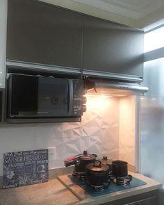 Área do fogão e o armário em cima do exaustor. Revestimento 3d lindo!    Boa noite 🍳 #MeuAp22 #cozinha #cozinhaplanejada #kitchen #kitchendesign #mykitchen #minhacozinha #minhacozinhaturquesa #jantinha #tudopronto #desigdeinteriores #design #interiordesign #apartamentopequeno #apartamento #apartament #home #homedecor #homedesign #homesweethome #myhome #meular #meucantinho #tksgod #boanoite #goodnigth