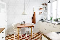 Lovely kitchen & spring feelings in an apartment at Södermalm, Stockholm Room Inspiration, Interior Inspiration, Modern Furniture, Home Furniture, Carpeaux, Sweet Home, Dining Room Design, Kitchen Interior, Stockholm