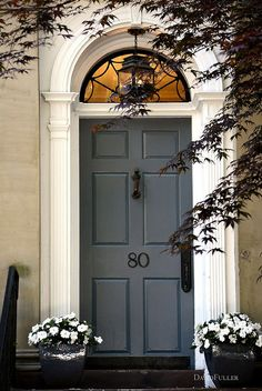 Curb appeal – great entrance and i love the color on that door. Exterior Colors, Exterior Design, Exterior Paint, Feng Shui Front Door, Grey Front Doors, Gray Front Door Colors, Front Entrances, Entrance Doors, Doorway
