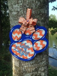 If youre an Auburn Fan, this will look super cute on any entrance! Its created from wood, hand painted and finished to hang with a beautiful Painted Wooden Signs, Painted Doors, Hand Painted, Eagle Painting, Painting On Wood, Football Door Hangers, Burlap Door Hangers, Family Crafts, Front Door Decor