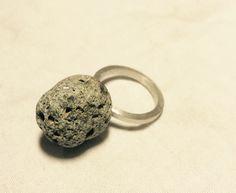 Ring, zilver met een steentje uit de Westerschelde (de Griete).  Silver ring with beach pebble.