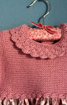 Os presento la versión de invierno de los vestidos con canesú de punto. Una prenda super práctica y calentita. Decidí adornar el escote con... Crochet Fabric, Crochet Crafts, Crochet Baby, Knit Crochet, Knitting For Kids, Baby Knitting Patterns, Vestidos Bebe Crochet, Baby Fabric, Cute Baby Clothes
