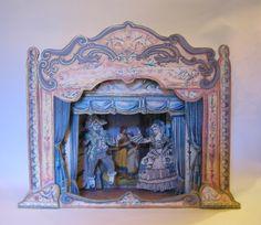 Carillon della Commedia dell'Arte - Romeo e Giulietta. Carillon con l'ossatura in legno, rivestito in carta fiorentina e dipinto a mano. Melodia: Romeo e Giulietta di Shakespeare - Tchaikovsky. Parione, Firenze.