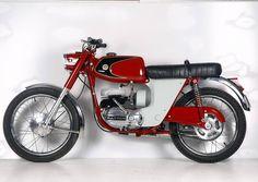 Popular entre los más jóvenes, os presentamos la Bultaco Junior GT de 1968, una motocicleta urbana con cierto espíritu deportivo, inspirada en las primeras japonesas que empezaban a introducirse en Europa. ¿Qué os parece? #Bultaco #nuestrasmarcas #ourbrands #catalanmotorbike #vintagestyle #oldiscool #museum #museumoto #Barcelona #Bassella  via ✨ @padgram ✨(http://dl.padgram.com)