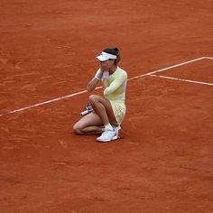 It's the last month of 2016! Let's remember the biggest moments of Roland-Garros until the end of the year. 21. Manuel Santana (2), Andrés Gimeno (1), Arantxa Sanchez (3), Sergi Bruguera (2), Carlos Moyà (1), Albert Costa (1), Juan Carlos Ferrero (1), Rafa Nadal (9) and this year Garbiñe Muguruza: Spain won 21 titles in singles at Roland-Garros during the Open Era.  Lors de ce dernier mois de l'année nous vous proposons de vous replonger dans les grands moments de Roland-Garros jusqu'à 2017…