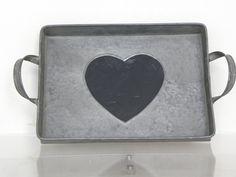 Dienblad van zink met zwarte krijt hart.