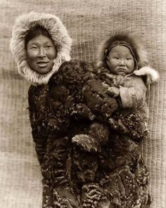Nunivak Cup'ig mother and child, photograph by Edward Curtis, 1930 Photo Credit Native American Photos, Native American Indians, American History, Rare Photos, Vintage Photos, Inuit People, Edward Curtis, Aboriginal People, Portraits