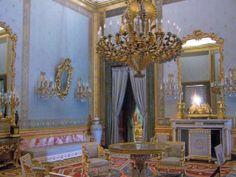 """El Salón de Carlos III era originariamente el dormitorio del monarca. Las paredes están decoradas con una tela azul (del color de la Inmaculada, orden concedida a la Monarquía Española como privilegio y creada en época de Carlos III) con un ribeteado que posee los símbolos del rey: una torre, un león y un III. Las """"estrellas"""" que aparecen son una representación de la cruz de la Orden de la Inmaculada."""