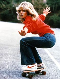 Wear a red sweatshirt with flare jeans and Nike sneakers for a Farrah Fawcett costume. 70s Fashion, Look Fashion, Vintage Fashion, Womens Fashion, Fashion Trends, 60s Hippie Fashion, 80s Fashion Icons, Fashion Decor, Vogue Fashion