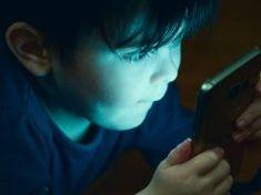 Zatímco většina lidí nechává své děti si hrát s chytrými telefony, inteligentní lidé to dělají jinak Sports, Fictional Characters, Hs Sports, Sport, Exercise
