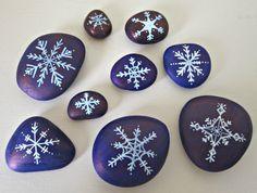galets décoratifs de tailles différentes en bleu nuit