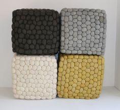 Pebble kiezelstenen vierkante poef: LUXE gevilte wol - oker - handgemaakt | olijkenvrolijk.nl