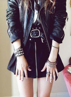 Daca tot am avut in vedere stilul punk, haideti sa vedem si ce machiaj ar merge cu acest outfit. #punk #makeup