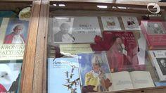 Wiadomości Słupsk - 22.10.2014 - 10minut TV.  Tematy wiadomości – TV Słupsk Książka do domu to nowa atrakcja oferowana przez Miejską Bibliotekę Publiczną w Słupsku. Nie jedyna, ponieważ zabytkowy gmach przy Grodzkiej zorganizował wystawę publikacji dotyczących pontyfikatu Jana Pawła II. Mamy również pierwszą część relacji z I Akademickich Targów Zdrowia i przypomnimy imprezę I Love Rolki.