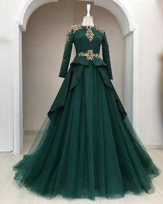 Robe que Saya pourrait porter Indian Wedding Gowns, Muslim Wedding Dresses, Indian Gowns Dresses, Muslim Dress, Pakistani Dresses, Bridal Gowns, Gown Wedding, Indian Designer Outfits, Designer Dresses