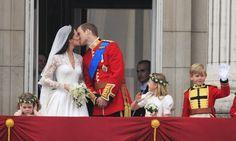 Enfim, o casamento: em abril de 2011, William e Kate trocaram alianças numa cerimônia que gerou enorme expectativa no mundo inteiro. Essa imagem é uma das mais famosas do casamento, não só pelo beijo do casal, mas também pela dama de honra irritada (no canto esquerdo) com a barulheira do evento Matt Dunham / AP