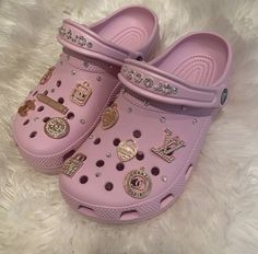 Fly Shoes, Swag Shoes, Crocs Shoes, Crocs Fashion, Sneakers Fashion, Pink Crocs, Fuzzy Crocs, Crocs Baya, Nike Air Shoes