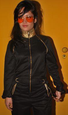 Modelo: Sweeli Suzuki Figurinista: Talita Aparecida Figurino: Brechó Boutique Vintage e Bar! Sweeli veste: Macacão preto com detalhes em dourado; Óculos de Sol modelo aviador;