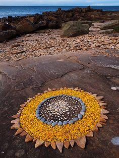 Land Art by Dietmar Voorwold - Creations in Nature Land Art, Mandala Art, Art Plage, Art Environnemental, Art Et Nature, Art Pierre, Ephemeral Art, Organic Art, Environmental Art