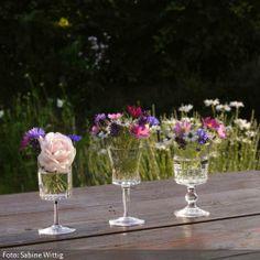 Kleine Sommerblüten haben in Weingläsern vom Flohmarkt ihren großen Auftritt. Besonders schön: Jedes Glas ist hat eine andere Form. http://www.roomido.com/wohnideen/roomido/natuerlich/sommerblumen-in-weinglaesern.html
