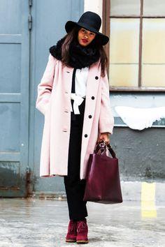 rosa Mantel, schwarzer Hut, Shopper // pink coat, black hat, Shopper