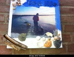 Strandschilderij met strandvondsten.