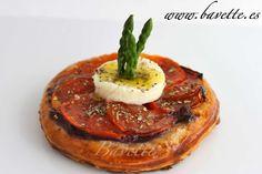 Torta de hojaldre con cebolla, tomate y mozzarella de búfala.