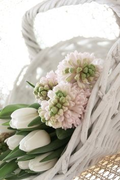 Ana Rosa - White wicker is an ideal place for soft, pastel blooms. Love Flowers, My Flower, Spring Flowers, Beautiful Flowers, Flowers Garden, White Tulips, White Flowers, Rosa Pink, Deco Nature