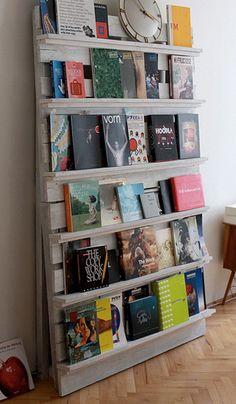 Pallet Bookshelf with Repurposed Wood Pallets Recycled Pallet Furniture, Recycled Pallets, Wooden Pallets, Diy Furniture, Furniture Plans, 1001 Pallets, Furniture Projects, Repurposed Wood, Recycled Wood