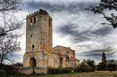 Iglesia fortificada de Santa Cruz en la Aldea en Villarcayo de Merindad de Castilla la Vieja (Burgos). Destaca sobre todo por su torre fortificada del siglo XIV.  Burgos, España, Spain.