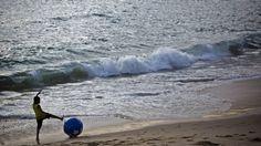 Brasil...La Agencia Nacional de Energía Eléctrica de Brasil (ANEEL) ha completado con éxito un proyecto revolucionario para extraer electricidad de las olas del mar. Para lograrlo empleó dos grandes aros flotadores que captan los movimientos del