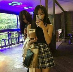 Beautiful Korean girl drinking a chocolate frappe. Korean Couple, Korean Girl, Asian Girl, Ulzzang Couple, Ulzzang Girl, Lgbt, Korean Best Friends, Best Photo Poses, Korean Ulzzang