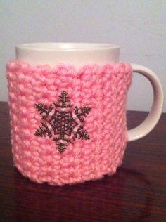 Taza mug de ganchillo crochet, parte frontal con detalle copo de nieve. Ana Corberán