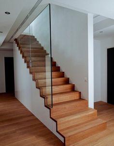 Escalier droit Linéa avec garde-corps tout verre arrivant sous plafond.