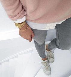 Détails : maille et chemise qui dépasse, ourlets élégant au coude, montre