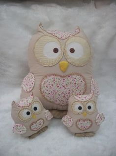 No pattern for these cuties but looks simple enough to knock one up. Fabric Crafts, Sewing Crafts, Sewing Projects, Owl Crafts, Animal Crafts, Owl Cushion, Waldorf Crafts, Owl Family, Quilling Craft