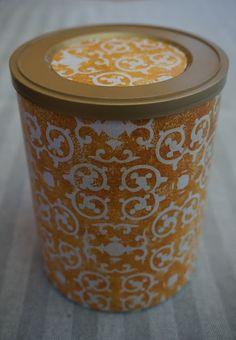 Para quem gosta de reaproveitar... e eu gosto! :) Reciclei esta caixa com papel que nos remete para os azuleijos antigos, com fundo amarelo e apontamentos brancos.