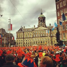 Amsterdam's Dam Square: a sea of orange! #queensday #troon Beautiful!