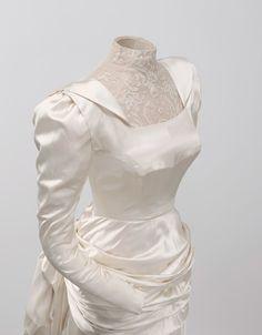 Cristobal_Balenciaga Vestido de novia en satén de color marfil. Fue el traje de novia de doña Rosario de Aranguren y Palacio en 1945, condesa de Monterrón.                                                                                                                                                                                 Más