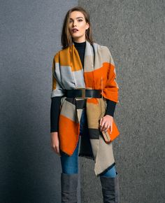 Style it up with a oversized scarf or chal and a leather belt. Look Fashion, Autumn Fashion, How To Wear A Blanket Scarf, Head Scarf Styles, Scarf Top, Look Street Style, Hippy Chic, Work Chic, Oversized Scarf