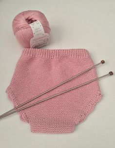 ¡Buenos días!   En esta ocasión te traemos el patrón de estas braguitas de punto.            Hemos vuelto a usar Algodoncito de Rosas... Knitting For Kids, Baby Knitting Patterns, Knitting Projects, Crochet Projects, Crochet Patterns, Knitted Baby Clothes, Knitted Hats, Knit Crochet, Crochet Hats